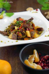 Orientalischer Reis Pilaw mit Rindfleisch Aromatisches Reisgericht mit Gemüse Rosinen Clementinen und Pistazien 6