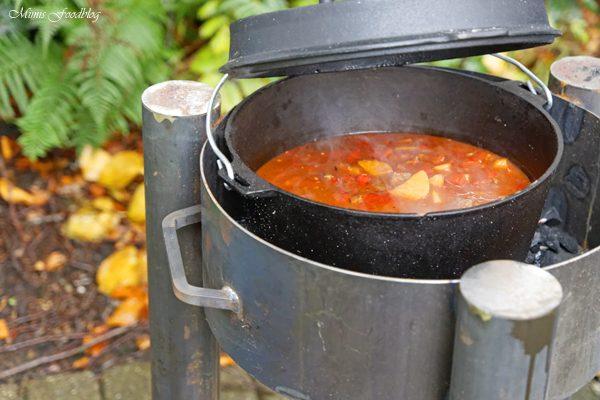 {Anzeige} Deftiges Kaffee-Gulasch aus dem Dutch Oven ~ Outdoorcooking mit flammo Dutch Oven Feuerschale