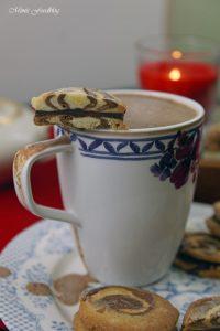 Schwarz Weiss Gebäck marmoriert mit weihnachtlicher Schokoladenfüllung 7