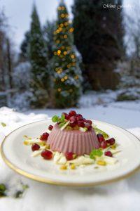 Granatapfel Panna Cotta weihnachtliches Dessert mit Pistazien und weißer Schokolade 3