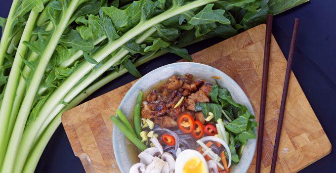 Scharfe Bowl mit Löwenzahn und Geflügel eine Hühnersuppe der besonderen Art 1