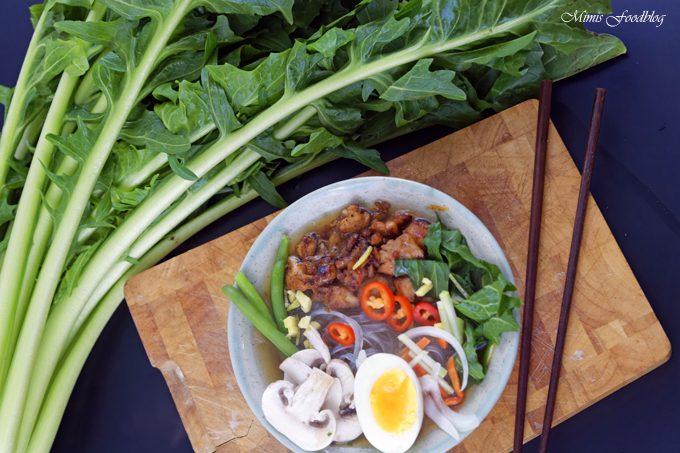 Scharfe Bowl mit Löwenzahn und Geflügel ~ eine Hühnersuppe der besonderen Art