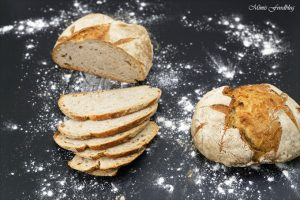 Kleines Bauernbrot das selbst gebackene rustikale Brot 2