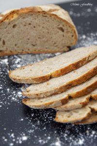 Kleines Bauernbrot das selbst gebackene rustikale Brot 3