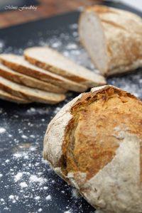 Kleines Bauernbrot das selbst gebackene rustikale Brot 4