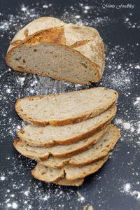 Kleines Bauernbrot das selbst gebackene rustikale Brot 6
