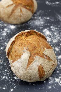 Kleines Bauernbrot das selbst gebackene rustikale Brot 7
