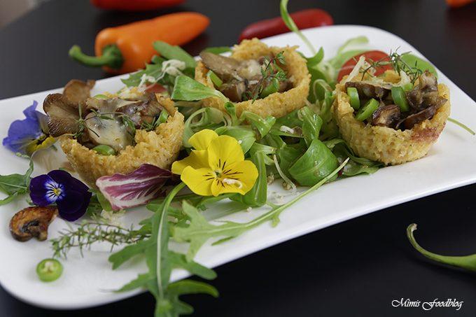 Reis-Parmesan-Körbchen mit Pilzfüllung ~ die kleine Leckerei auf einem Salatbett