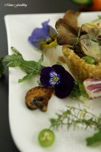 Reis Parmesan Körbchen mit Pilzfüllung auf einem Salatbett 2