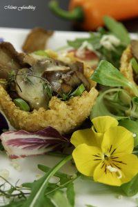 Reis Parmesan Körbchen mit Pilzfüllung auf einem Salatbett 3