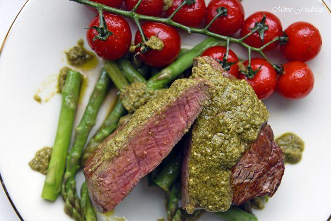 Filetsteak mit Pesto verde auf grünem Spargel