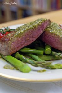 Filet Steak mit Pesto Verde auf grünem Spargel 2