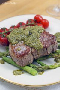 Filet Steak mit Pesto Verde auf grünem Spargel 3