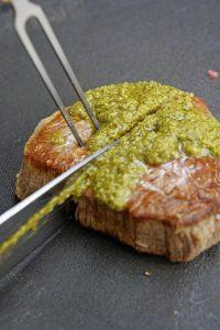 Filet Steak mit Pesto Verde auf grünem Spargel 4