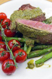 Filet Steak mit Pesto Verde auf grünem Spargel 5