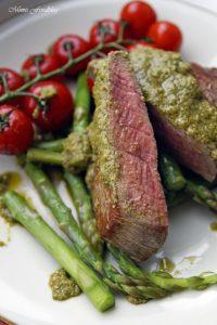 Filet Steak mit Pesto Verde auf grünem Spargel 6