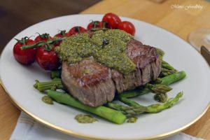 Filet Steak mit Pesto Verde auf grünem Spargel 7