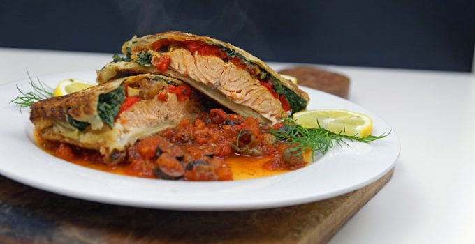 Lachs in Filoteig Gefüllt mit Tomaten und Spinat auf einer Tomaten Kapern Sauce 5