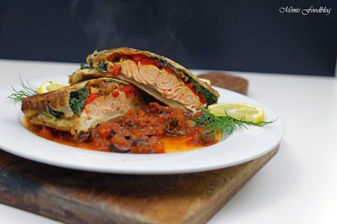 Lachs in Filoteig ~ Gefüllt mit Tomaten und Spinat auf einer Tomaten-Kapern-Sauce
