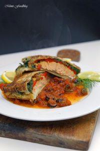 Lachs in Filoteig Gefüllt mit Tomaten und Spinat auf einer Tomaten Kapern Sauce 2
