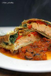 Lachs in Filoteig Gefüllt mit Tomaten und Spinat auf einer Tomaten Kapern Sauce 3
