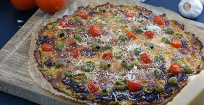 Vegetarische Low Carb Pizza Zucchini Boden mit Parmesan Tomaten Chili und Oliven 4