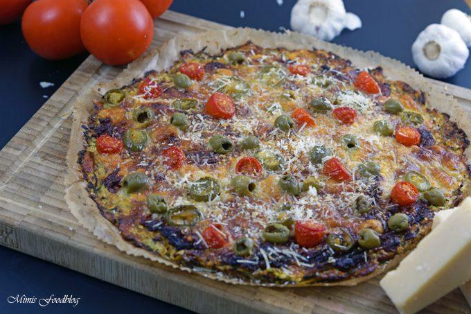 Vegetarische Low Carb Pizza ~ Zucchini-Boden mit Parmesan, Tomaten, Chili und Oliven