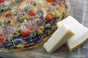 Vegetarische Low Carb Pizza Zucchini Boden mit Parmesan Tomaten Chili und Oliven 5