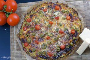 Vegetarische Low Carb Pizza Zucchini Boden mit Parmesan Tomaten Chili und Oliven 6