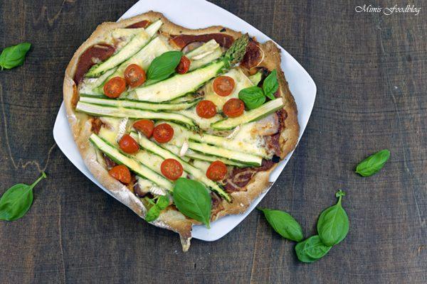 Pizza mit Grünem Spargel, Cocktailtomaten und viererlei Käse ~ denn eine leckere Pizza geht einfach immer