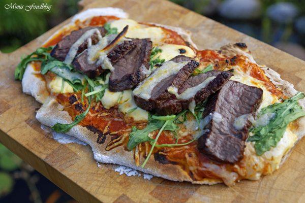 Pizza Americano Style mit Beefstreifen aus dem Oberhitzegrill – Grillen mal anders, denn Pizza geht immer