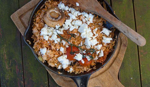 Rote Reispfanne mit Schafskäse mediterranes schnelles Resteessen 1