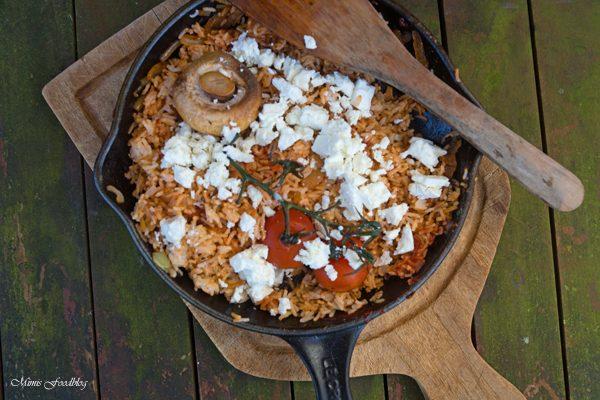 Rote Reispfanne mit Schafskäse ~ mediterranes, schnelles Resteessen