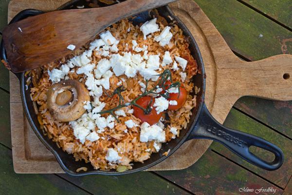 Rote Reispfanne mit Schafskäse mediterranes schnelles Resteessen 4