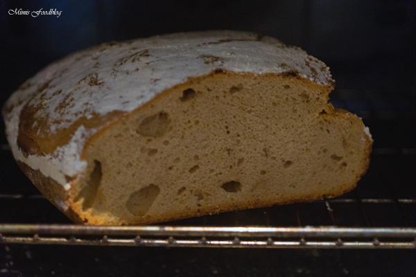 Sauerteigbrot aus Dinkel und Roggenmehl selbst gebackenes Brot zum Frühstück 1