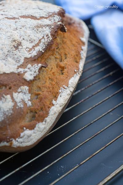 Sauerteigbrot aus Dinkel und Roggenmehl selbst gebackenes Brot zum Frühstück 2