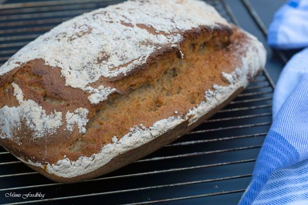 Sauerteigbrot aus Dinkel und Roggenmehl selbst gebackenes Brot zum Frühstück 3