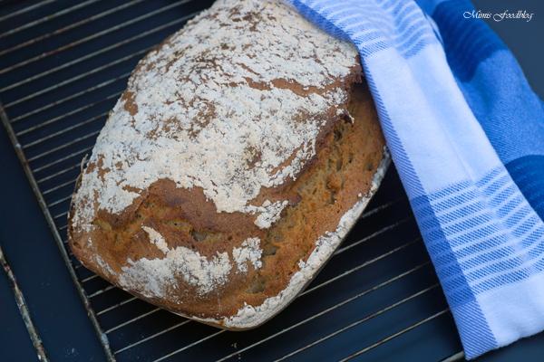 Sauerteigbrot aus Dinkel und Roggenmehl selbst gebackenes Brot zum Frühstück 5