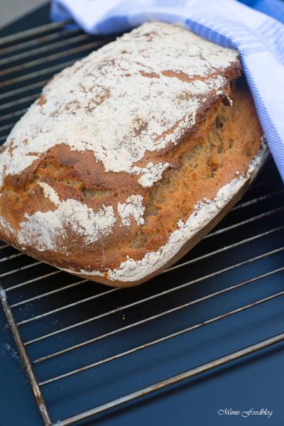 Sauerteigbrot aus Dinkel und Roggenmehl selbst gebackenes Brot zum Frühstück 7