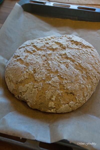Kleines Brot mit Körnern und Dinkelschrot rustikale Brotliebe mit knackiger Kruste 2