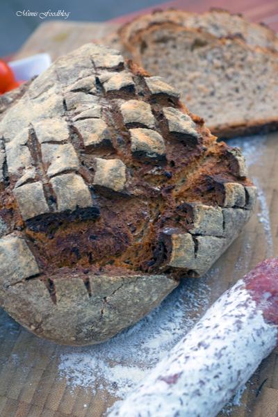 Kleines Brot mit Körnern und Dinkelschrot rustikale Brotliebe mit knackiger Kruste 4