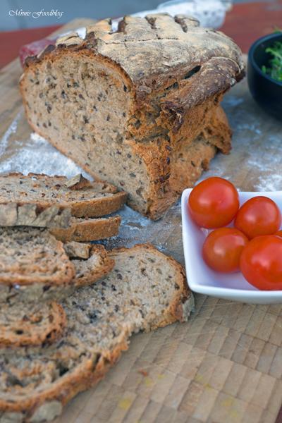 Kleines Brot mit Körnern und Dinkelschrot rustikale Brotliebe mit knackiger Kruste 5