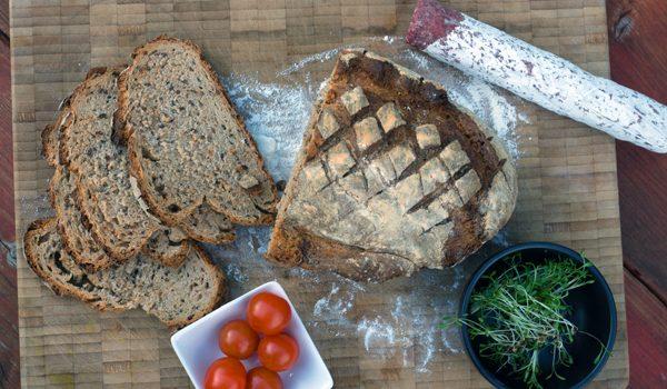 Kleines Brot mit Körnern und Dinkelschrot rustikale Brotliebe mit knackiger Kruste 6