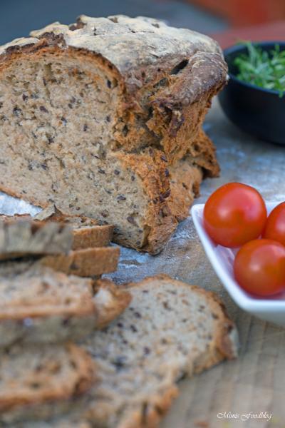 Kleines Brot mit Körnern und Dinkelschrot rustikale Brotliebe mit knackiger Kruste 7