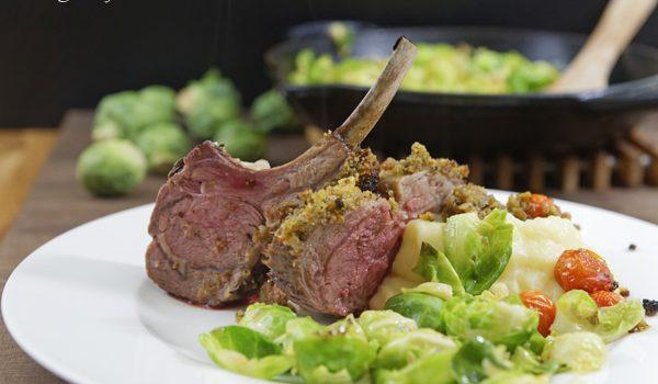 Lammkarree mit Kruste aus dem Ofen an Kartoffelpueree und Rosenkohl 4