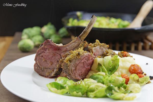 Lammkarree mit Kruste aus dem Ofen an Kartoffelpüree und Rosenkohl* -