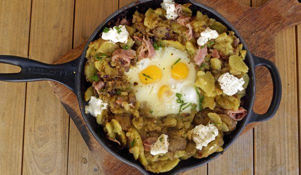 Bauernfruehstueck Bratkartoffeln mit Ei 1