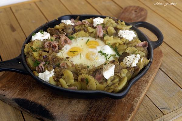 Bauernfruehstueck Bratkartoffeln mit Ei 2