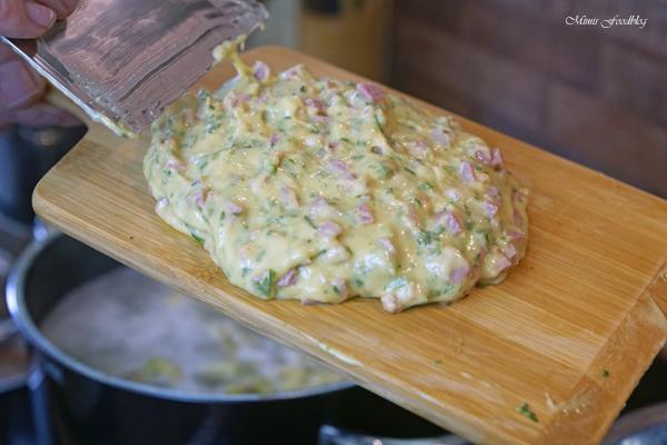 Schwaebische Wurstspaetzle klassische Hausmannskost als Suppe oder zu Salat 6