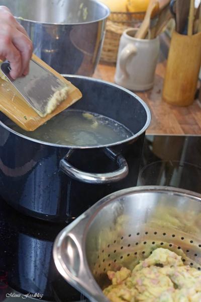 Schwaebische Wurstspaetzle klassische Hausmannskost als Suppe oder zu Salat 8
